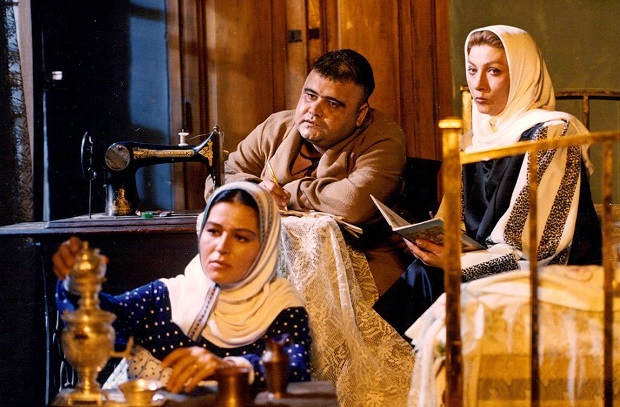 فریماه فرجامی، اکبر عبدی و اکرم محمدی در نمایی از فیلم مادر