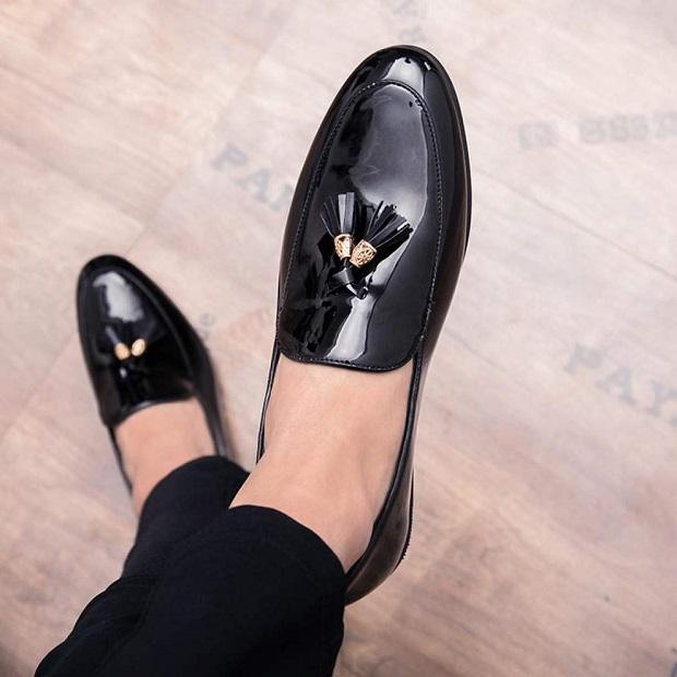 Court shoe مردانه که طراحی آن بسیار شبیه کفشهای کلاگ است.