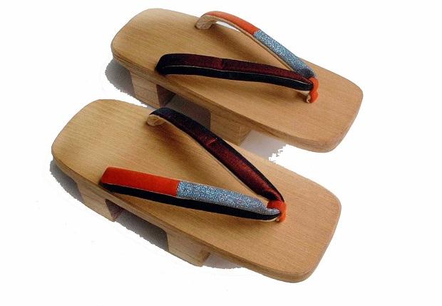 Japanese geta گتاهای ژاپنی صندلهای انگشتی یا Fllip flop هستندکه به دلیل استفاده از چوب در پاشنهی آن در دسته بندی صندلهای کلاگها نیز قرار میگیرند.