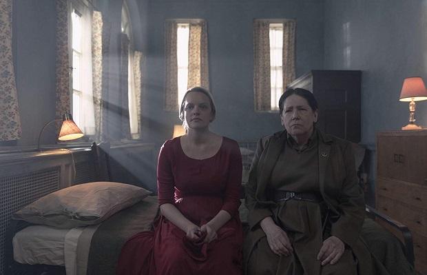 هنرنمایی Elisabeth Moss و Ann Dowd در سریال سرگذشت ندیمه