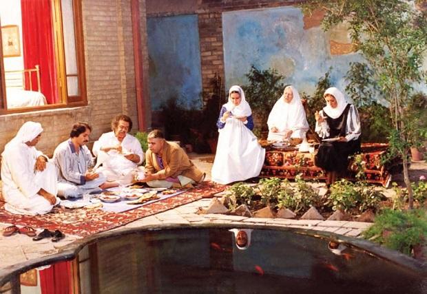 اما اهمیت دیگر خانه در فیلم مادر، به لحاظ معماری است. معماری خانه مادر یک معماری مرکزگرا و حیاط مرکزیست که معماری سنتی ایرانیست.
