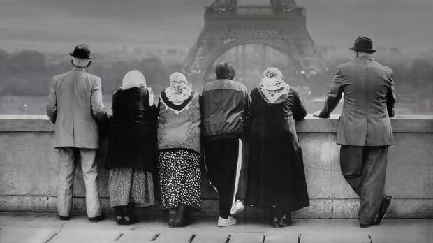 24 فریم پلی است که کیارستمی بین عکاسی و سینما ایجاد کرده است.