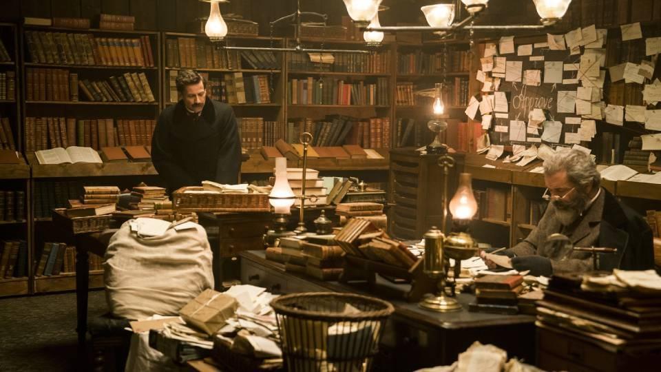در طول فیلم The Professor and the Madman همواره در خلق اثر دراماتیک با نوعی آشفتگی یا بحران نهفته (invisible crisis) مواجهیم؛ نقطهای که مسیر وقایع عادی را تغییر میدهد، تعادلی را که حاکم بر اوضاع بوده است بهم میزند و در مسیر حوادث جدیدی قرار میدهد.