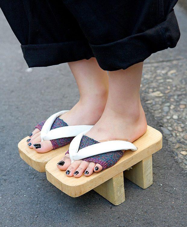 گتاهای ژاپنی Geta میتوانند در دسته بندی کفشهای با زیرهی چوبی قرار بگیرند.