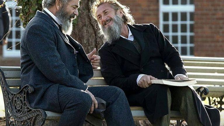 Mel Gibson و Sean Penn در نمایی از فیلم The Professor and the Madman