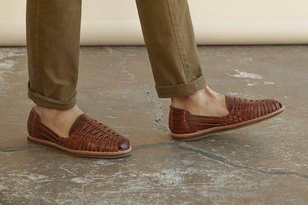 صندلهای هوراچی huarache sandals که رویهی آن بافت حصیری مانند دارد.