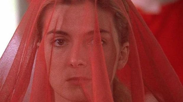 به لحاظ طراحی لباس نیز، لفاف سفید روی سر ندیمهها که یکی از کارکرد هایش ایجاد محدودیت دید آنهاست در این فیلم لحاظ نشده و به سربند توری قرمز تقلیل یافته است.