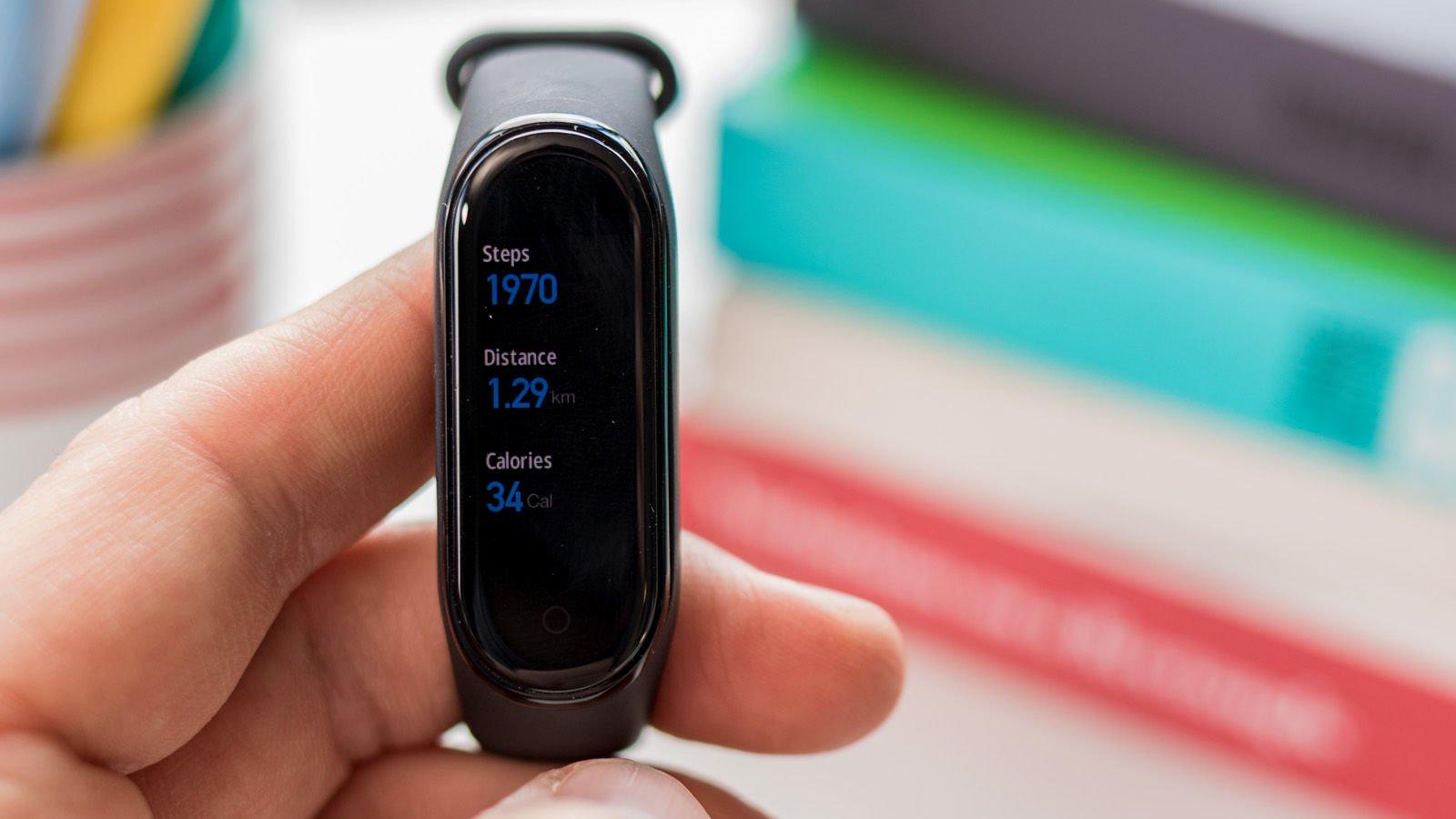 تعداد قدم ها، مسافت پیموده شده و کالری سوزانده شده توسط بدن شما بر روی Mi Band 4 قابل مشاهده میباشند