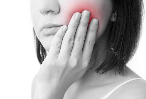 گاهی وقتها دندان درد بدون هیچ گونه محرکی بروز پیدا کرده و به صورت متداوم فرد را آزار میدهد