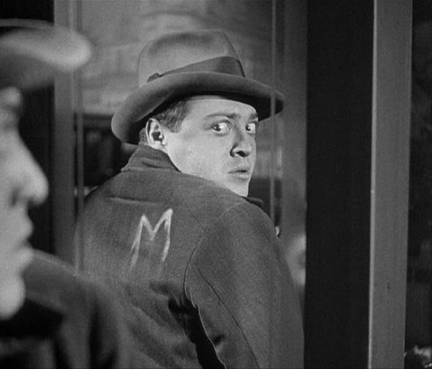 در تاریخ ۲۷ آوریل ۱۹۳۱ فیلم ام به صورت نسخهی ۱۱۷ دقیقهای توسط اداره سانسور فیلم برلین تصویب شد و برای نخستین بار در تاریخ ۱۱ می۱۹۳۱ اکران شد.