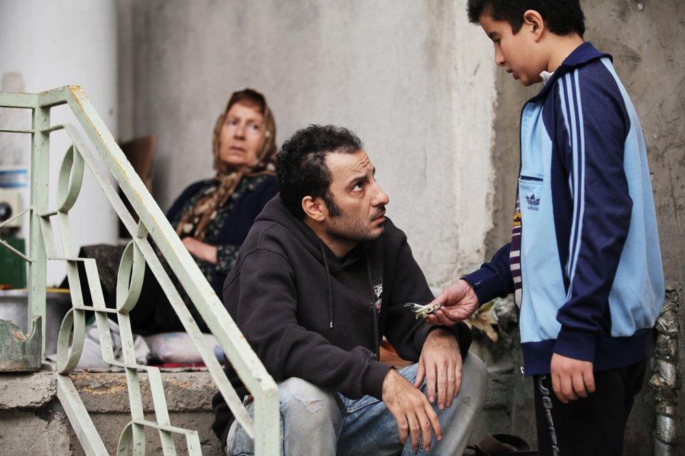 فیلم ابد و یک روز در میان منتقدان مختلف ایرانی بازخوردهای متفاوتی داشت که رویکرد نمادین و ضد ملی آن را نشانه میرفت و ریشههای نژادپرستانهی آن را زیر سؤال میبرد.