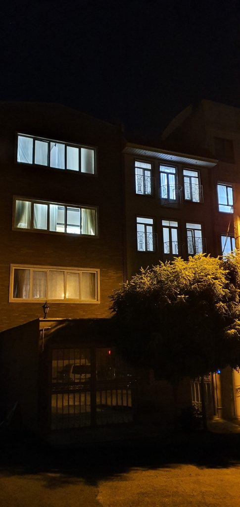 دوربین اصلی گلکسی نوت 10 پلاس در هنگام شب در حالت عکاسی استاندارد