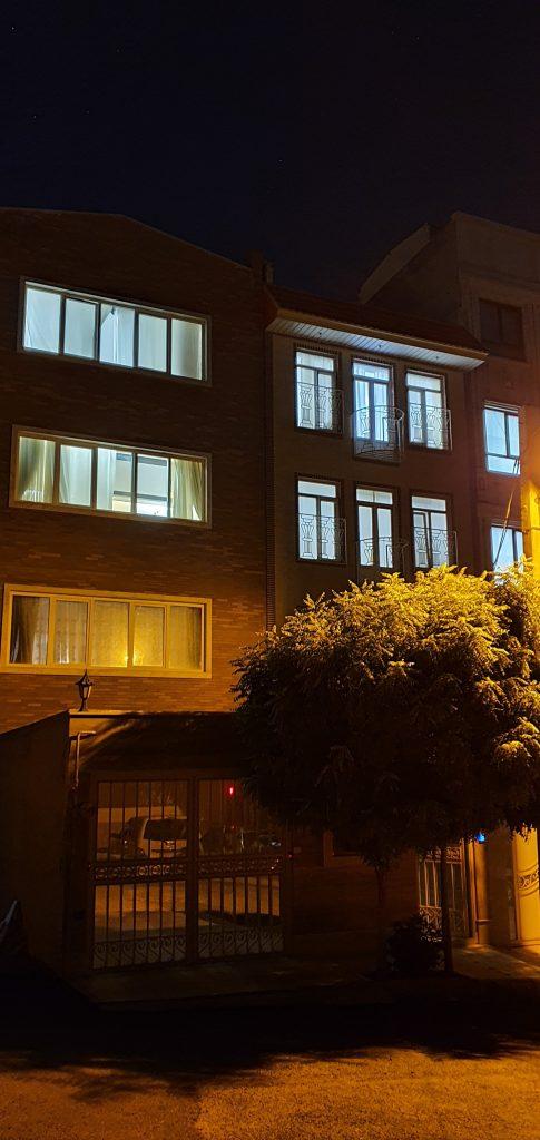 دوربین اصلی گلکسی نوت 10 پلاس در هنگام شب در حالت عکاسی شب
