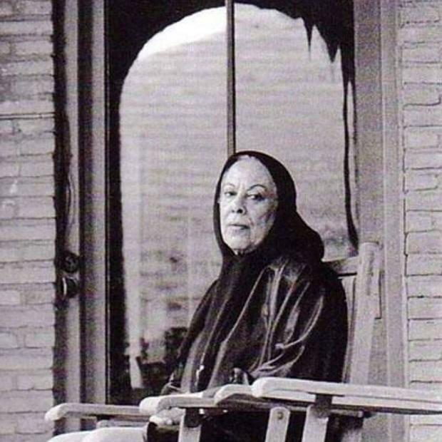 سیمین دانشور به دلیل فعالیتهای اجتماعی و موقعیت شغلیاش همواره در جریان اتفاقات مهم روز بود و دغدغههای اجتماعیاش را میتوان در آثار او به وضوح دید. نکتهای که سیمین دانشور به آن توجه ویژهای داشت جایگاه زنان در اجتماع بود.