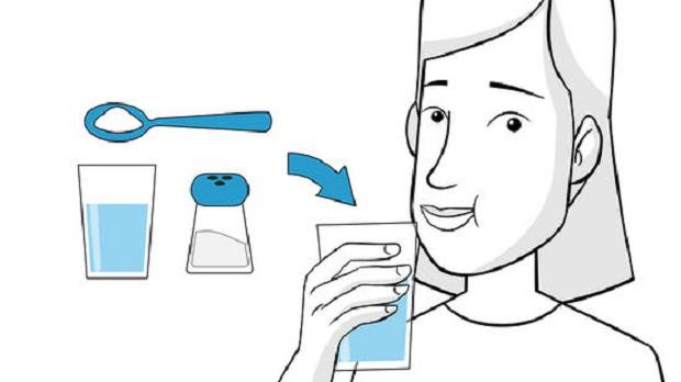 آب نیمه گرم و نمک زیاد را در دهان خود بچرخانید. این ترکیب آب نمک میبایست به صورت نیمی قاشق چایخوری نمک در یک لیوان متوسط آب ولرم متمایل به گرم است