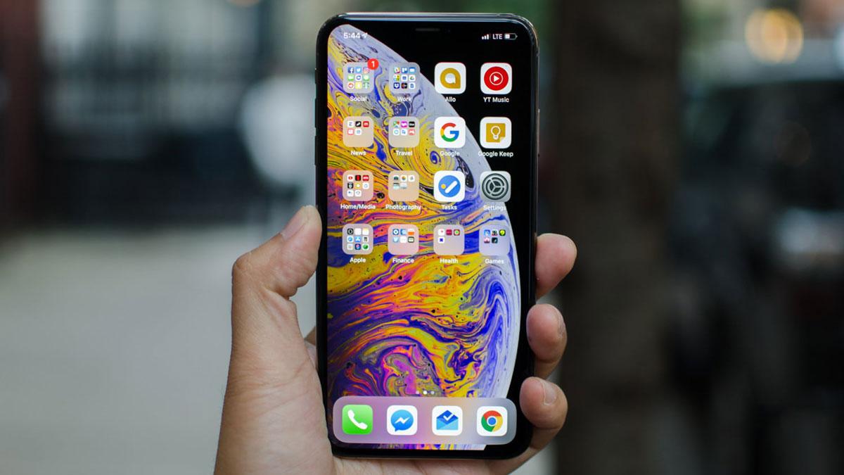 آیفون XS MAX بزرگ جثه ترین اسمارت فون اپل تا به امروز میباشد. این گوشی که تماما از شیشه و استیل ساخته شده، ۲۰۸ گرم وزن دارد که در نوع خود یک رکورد محسوب میشود.