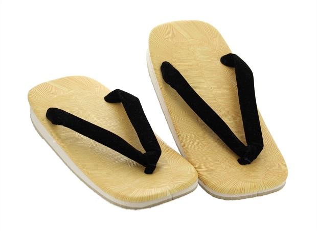 Zori صندل انگشتی با پاشنهی چوبی که نوعی کفش سنتی ژاپنی است.