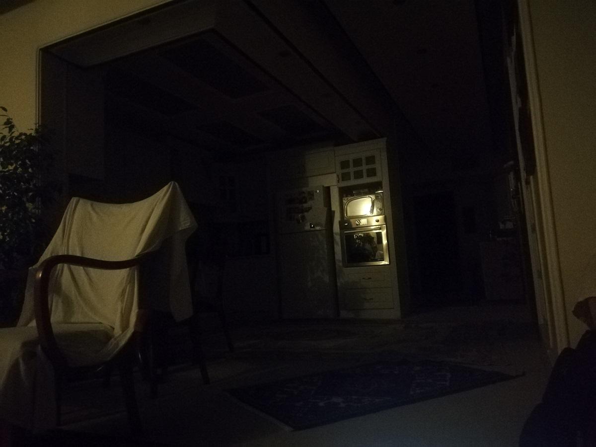 این تصویر با اسمارت فون میت 10 لایت در شرایطی که هیچ لامپی در اتاق روشن نبود گرفته شده است