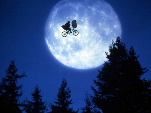 راجع به فیلم E.T. the Extra-Terrestrial همین نکته بس است که موجودی خلق کرد که آن قدر آشنا بود که هنوز در دل ذهنهای بارور و عشاق جادو در سینما زنده است.