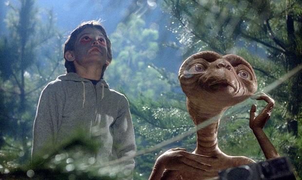 در فیلم E.T. the Extra-Terrestrial نکاتی دخیل هستند که فراتر از داستان جای میگیرند.