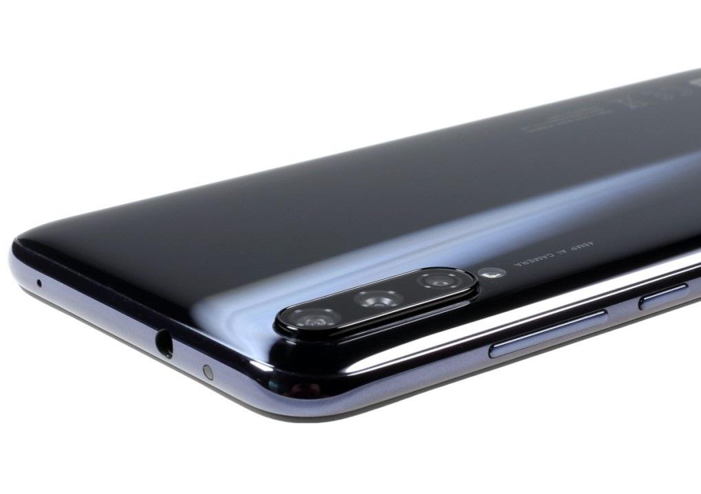 انحنای قاب پشتی شیائومی Mi A3 بسیار باظرافت صورت پذیرفته و باعث میشود تا این گوشی به سادگی در کف دست شما بنشیند