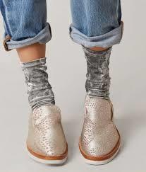 جورابهای لمه گشاد یا چین خورده به همراه کفش اسپرت و شلوار لی