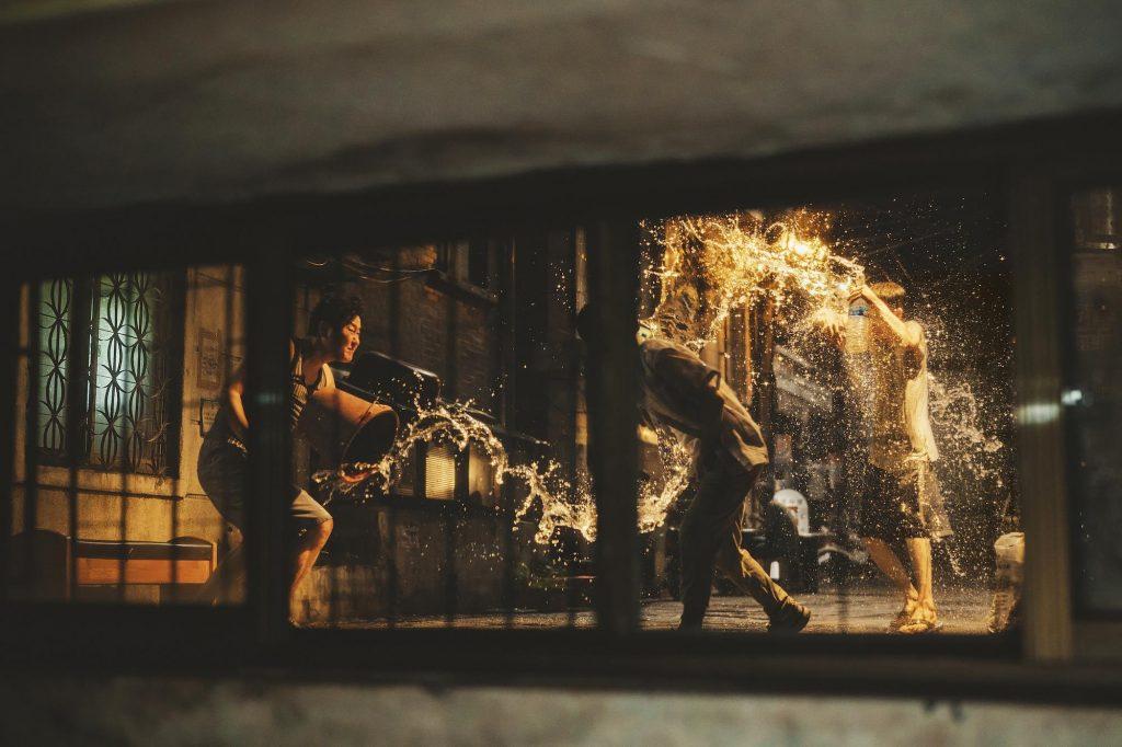 جریانات و وقایع فیلم Parasite با ریتمی تند و پرشتاب با ماهیتی فوتوریستی اجرا میشود.