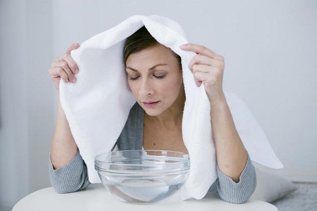 بخار درمانی یا استنشاق بخار شامل بخار آب برای باز کردن مجاری هوایی و کمک به ریهها در تخلیه مخاط است