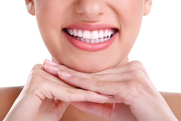 کاشت دندان به روش ایمپلنت به قدری طبیعی است که اصلا نمیتوان آن را با دندان طبیعی تشخیص داد.