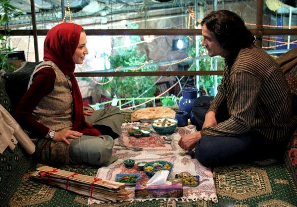 علیرضا آقاخانی در هر لحظه از فیلم تنها دو بار زندگی میکنیم همان لحظه را بی کم و کاست زندگی میکند.