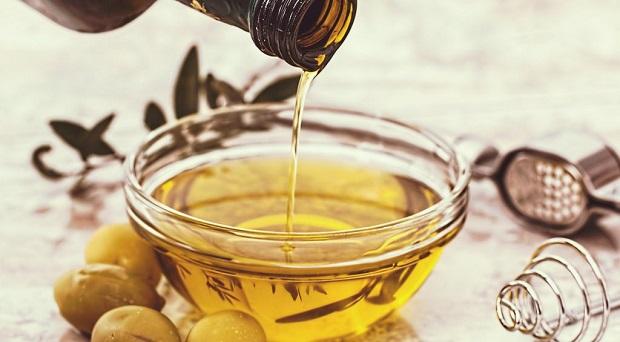 برای استفاده از روغن زیتون ابتدا موها را کاملا مرطوب کنید سپس روغن زیتون و یا حتی روغن بادام را به تمام سر و ریشههای مو بمالید.