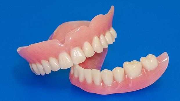 جنس دندان برساخته معمولا آکرلیک، نایلون و فلز و یا ترکیبی از تمامی این مواد است