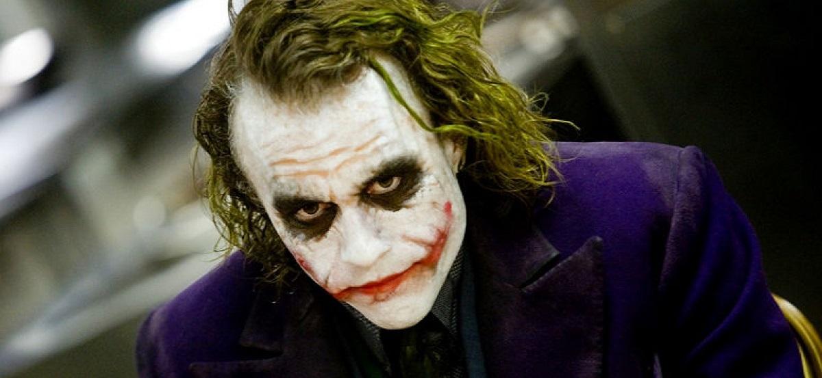 قدرتی فرا بشری ندارد که مانند سوپر ویلن های مارول و یا دی سی سعی بر نا بودی بشریت داشته باشد. بلکه در حال تغزیه کردن از آن است. نه دلقک است، نه می خنداند و نه مهربان است اما کاریزما دارد. Joker عذاب روح گاتهام و به خصوص بتمن است.