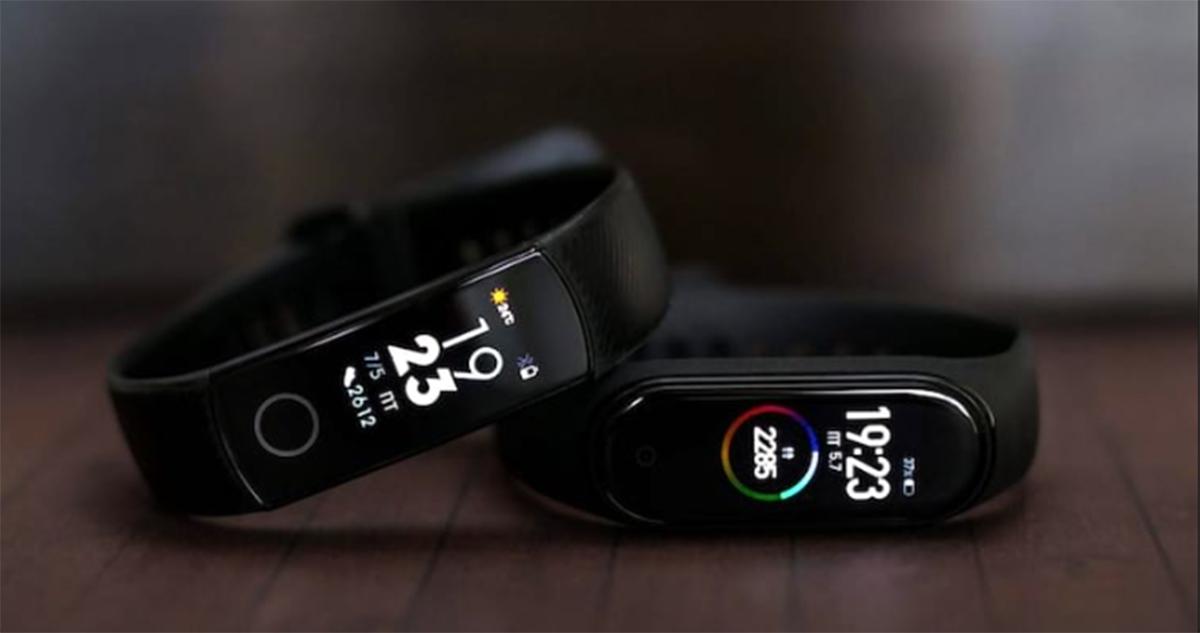 اگر دنبال خرید دستبند سلامتی هستید حتما در انتخاب Mi Band 4 و Honor Band 5 به چالش افتاده اید. این دو دستبند به فاصلهی تقریبی یک ماه راهی بازار شدند و با قیمت تقریبا یکسانی که دارند انتخاب را برای علاقمندان سخت کردند، البته اگر شکل ظاهری و سلیقهای آنها را در نظر نگیریم.