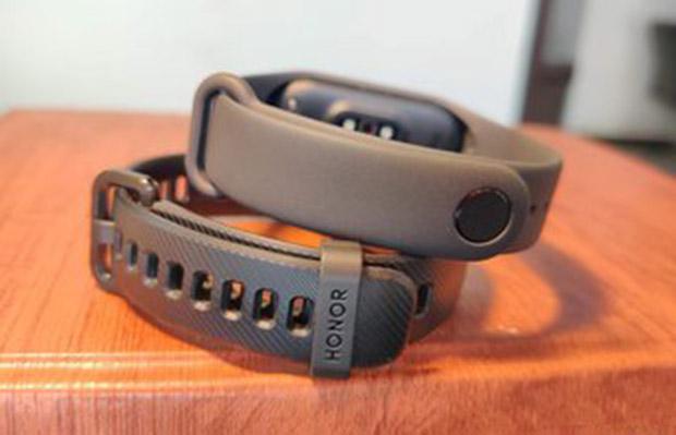 کمپانی شیائومی قفل Mi Band 4 را از نوع pin-and-tuck انتخاب کرده در حالیکه Honor Band 5 با طراحی شبیه به ساعت مچی از قفل گیرهای متداول در ساعت مچی استفاده کرده است.