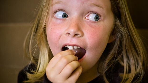 کودکان نباید بیش از اندازه شیرینی جات مصرف کنند.