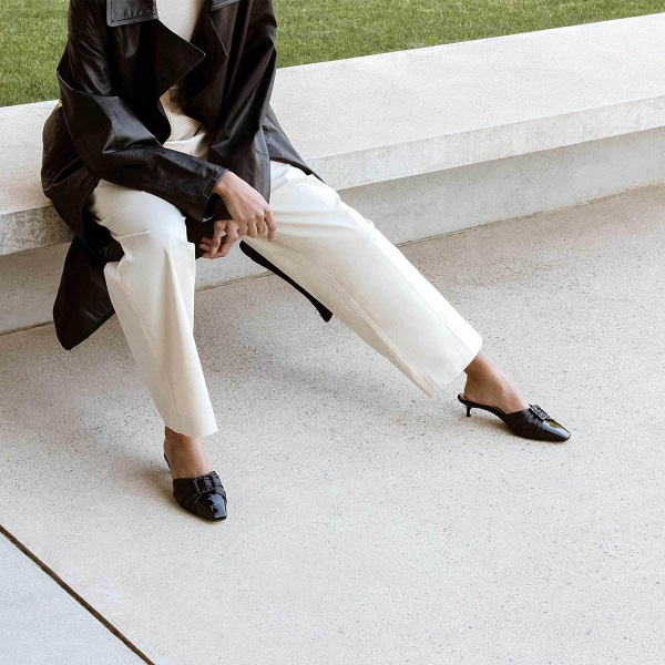 شلوارهای رسمی با یک جفت کفش میول بسیار زیبا و رسمی به نظر میرسند.