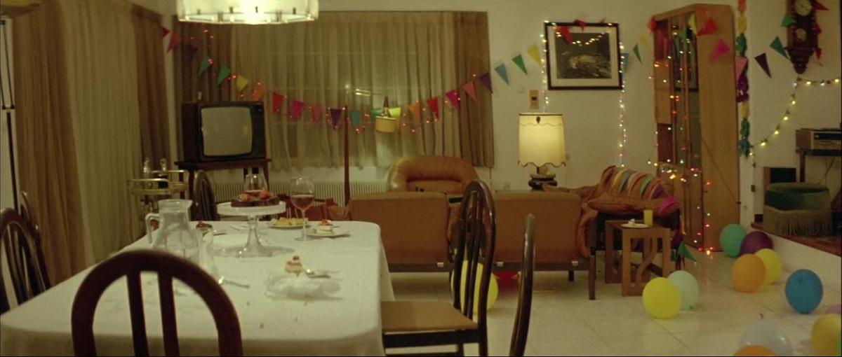 یکی از صحنههای به یاد ماندنی فیلم Dogtooth صحنهای است که خانوادهی غیر طبیعی فیلم، قرار است سالگرد ازدواج پدر و مادر را جشن بگیرند.