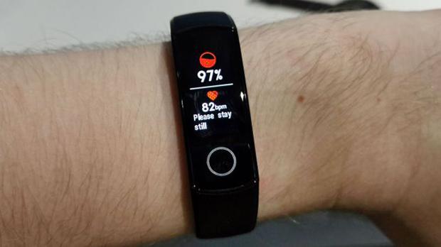این دستبند با بهره گیری از فناوری TruSeen و استفاده از الگوریتمهای مبتنی بر هوش مصنوعی قلب شما را ۲۴ ساعته با دقت یک مانیتور ضربان قلب ارزیابی میکند.
