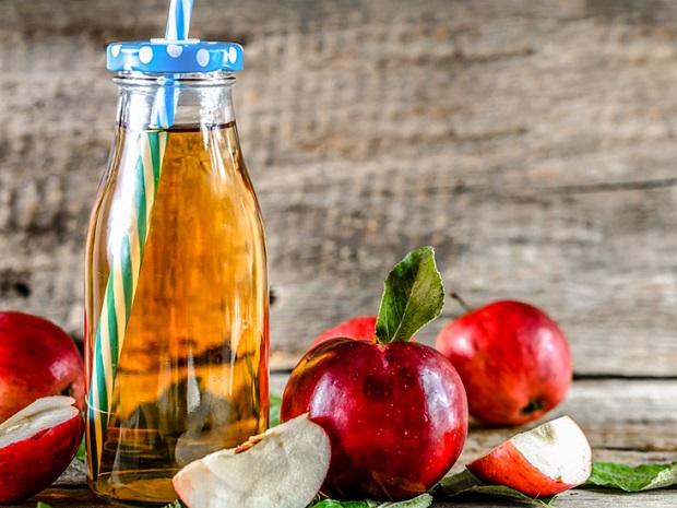 برای سفید کردن دندان با سرکه سیب حتما آن را با آب رقیق کنید تا به دندان آسیب نرساند