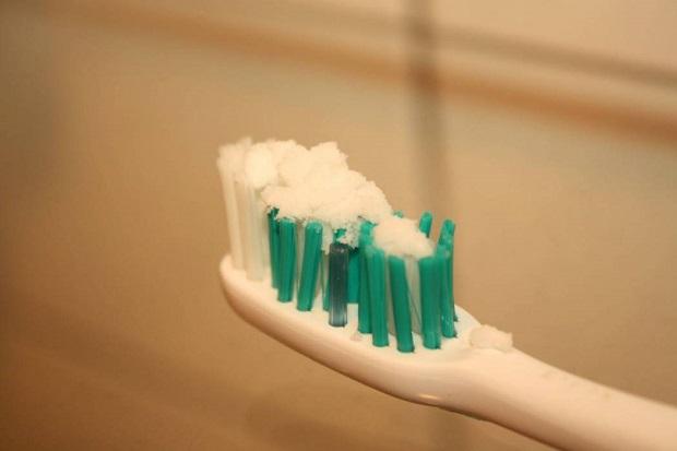 حداقل دو بار در هفته از جوش شیرین برای جرم گیری دندان استفاده کنید