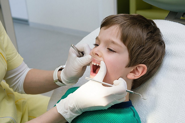 با مراجعه به موقع به پزشک از پوسیدگی بیشتر دندان کودک خودداری کنیم