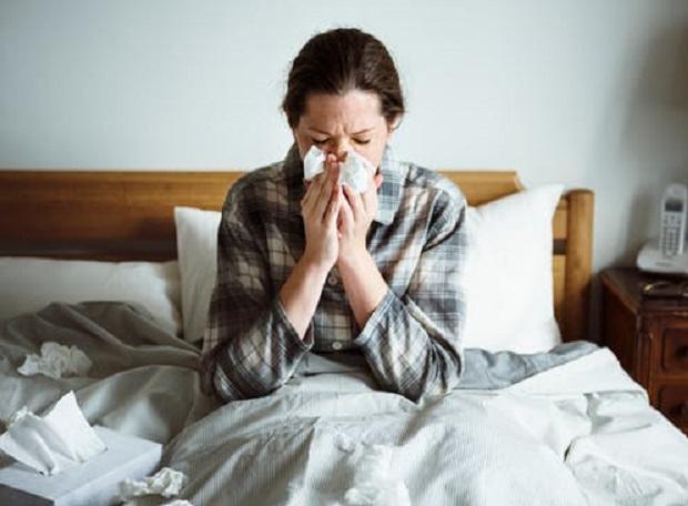 بسیاری از پزشکان تاکید میکنند که برخی افراد مانند افراد سالخورده و افرادی که دچار ضعف سیستم ایمنی بدن هستند حتما با شروع فصل پاییز واکسن بزنند.