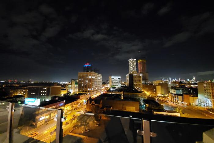 عملکرد دوربین فوق عریض نوت 10 در هوای تاریک خیلی خوب نیست و شما نیاز به استفاده از NIGHT MODE خواهید داشت