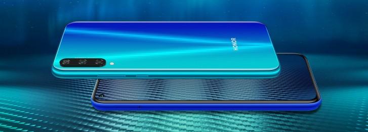 آنر پلی ۳ دارای یک باتری بزرگ ۴۰۰۰ میلی آمپرساعتی است، ولی از تکنولوژی شارژ سریع پشتیبانی نمیکند. متاسفانه این گوشی به یک پورت قدیمی microUSB برای شارژ شدن مجهز است، ولی خوشبختانه دارای جک ۳٫۵ میلی متری هدفون میباشد. در قسمت سنسورها هم خبری از حسگر اثر انگشت و ژیروسکوپ نیست و آنر پلی ۳ فقط دارای قطب نما، شتاب سنج و سنسور مجاورت میباشد.