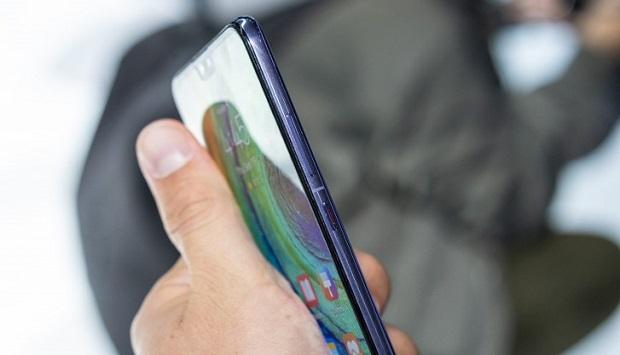 این گوشی اولین اسمارت فون دنیا است که به طور پیشفرض با سیستم عامل اندروید ۱۰ کار میکند.