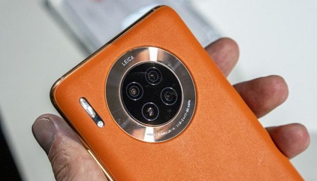 ۳ دوربین بر روی قاب پشتی هواوی میت ۳۰ دیده میشود. اولی یک لنز بسیار بزرگ ۴۰ مگاپیکسلی با بازشدگی دیافراگم f/1.8 و دارای قابلیت فوکوس خودکار لیزری میباشد.