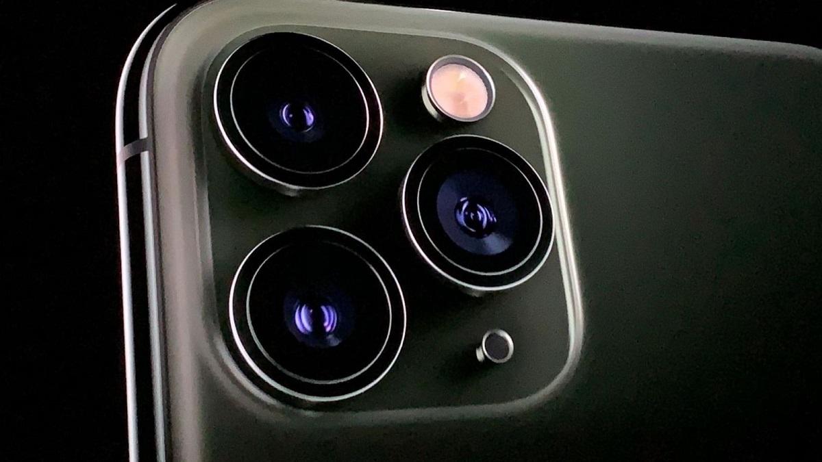 سطح بدنهی مدل Midnight Green کاملا مات بوده و فقط فریم آهنی دور آن و حلقههای دور دوربینها براق میباشند.