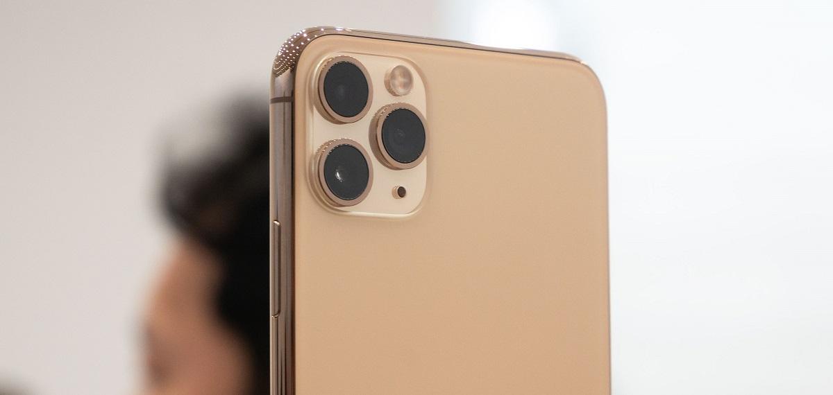 آیفون ۱۱ پرو مکس دارای دوربین عقب سه تایی است. دوربینهای آیفون XS مکس دارای سنسور ۱۲ مگا پیکسلی عریض و سنسور ۱۲ مگا پیکسلی تله فوتو است. گشودگی و یا دیافراگم دوربین این آیفون ۱٫۸/f است. همچنین دیافراگم دوربین تله فوتو ۲٫۴/f است. هر دو دوربین دارای قابلیت زوم اپتیکال دو برابر هستند. همچنین از قابلیت زوم دیجیتال بالای ۱۰ مگا پیکسل برخوردارند.