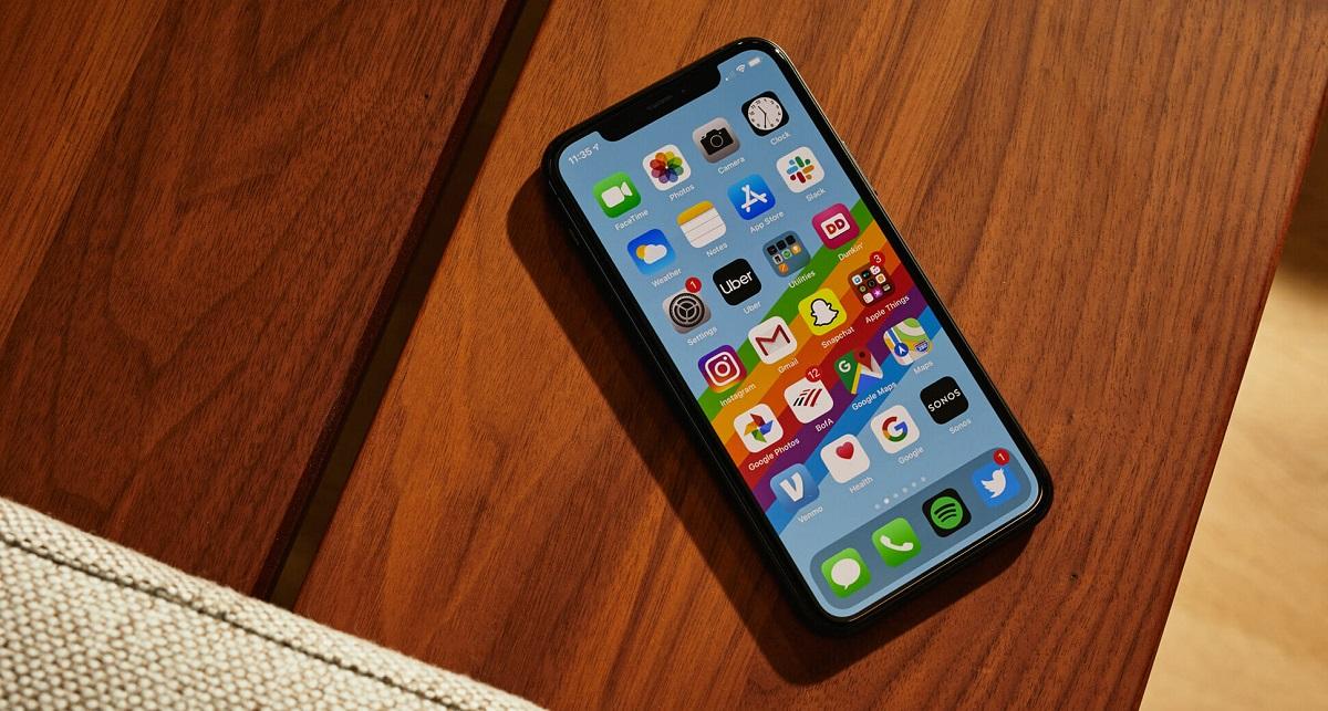 کمپانی اپل در آیفون ۱۱، پردازنده گوشی را به A13 ارتقاء داده است. این کمپانی ادعا میکند که پردازنده A13 سریع تر از پردازنده A12 است. از پردازنده A12 در آیفون XR استفاده شده است.